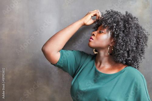 Aluminium Kapsalon Elegantes afrikanisches Plus Size Fashion Model