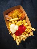 Currywurst und Pommes - 181955479