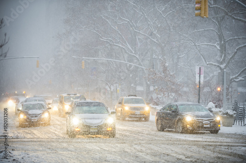 Foto Murales A winter snowstorm brings traffic to a slow crawl on Fifth Avenue.