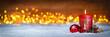 Erster Advent schnee panorama Kerze mit Zahl dekoriert weihnachten Aventszeit holz hintergrund lichter bokeh / first sunday advent