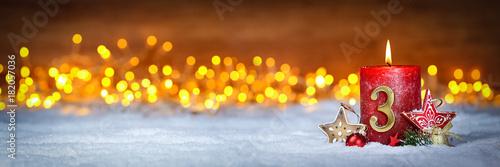 Fotobehang Hoogte schaal Dritter Advent schnee panorama Kerze mit Zahl dekoriert weihnachten Aventszeit holz hintergrund lichter bokeh / third sunday advent