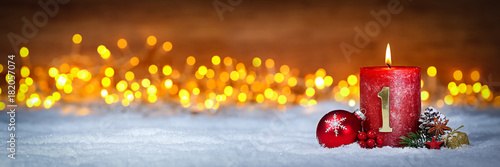 Tuinposter Hoogte schaal Erster Advent schnee panorama Kerze mit Zahl dekoriert weihnachten Aventszeit holz hintergrund lichter bokeh / first sunday advent