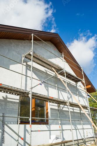 Rusztowanie, rodzinny dom w budowie