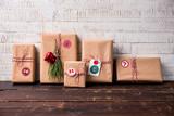 Eingepacktes Geschenk auf einem Holztisch - 182085244