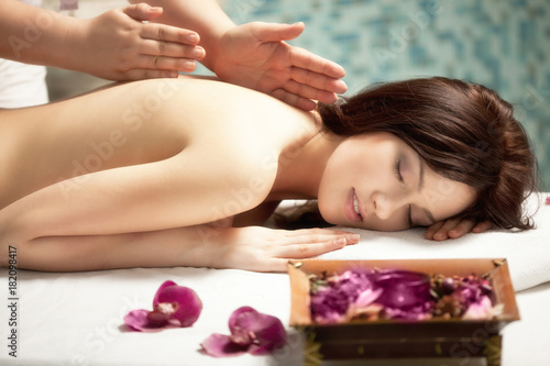 Fotobehang Spa Spa salon: Beautiful Young Woman having Massage at her Back