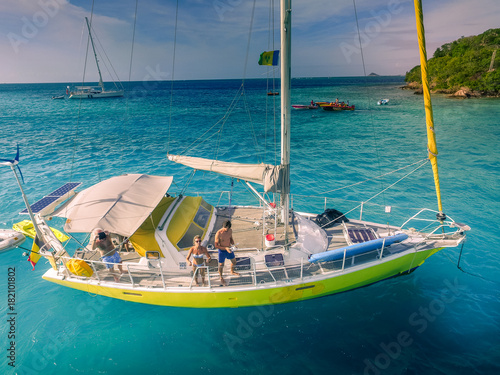 Vue aérienne voilier ancré dans les Tobago Cays Poster