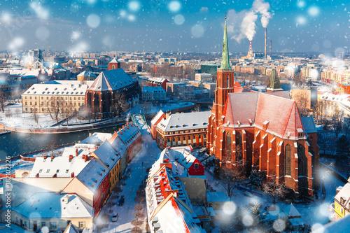 Widok z lotu ptaka na Ostrów Tumski z kościołem Świętego Krzyża i św. Bartłomieja z katedry św. Jana w zimowy śnieżny poranek we Wrocławiu, Polska