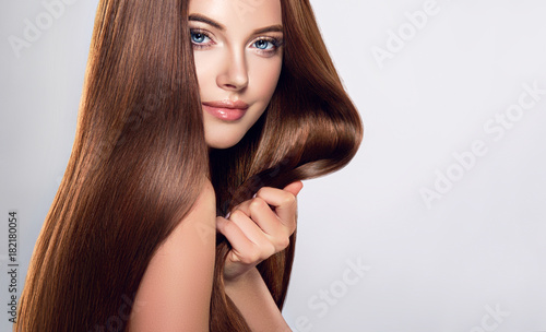 Aluminium Kapsalon Beautiful brunette girl with long straight smooth hair . A woman with healthy straight hairstyle