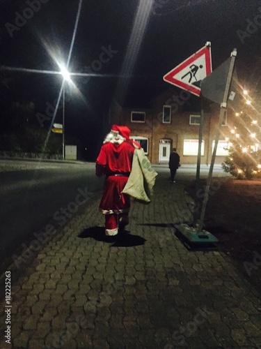 Zdjęcia na płótnie, fototapety, obrazy : der weihnachtsmann geht zu fuss