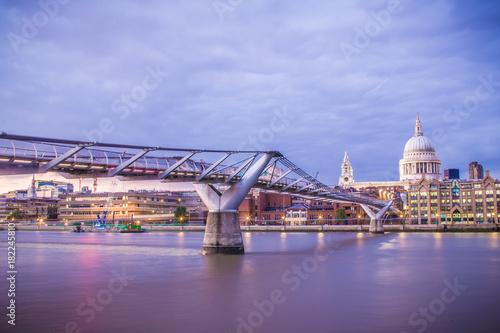 In de dag London Millennium Bridge at Dusk