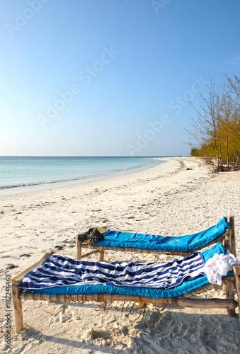 Foto op Aluminium Zanzibar Leżaki na plaży