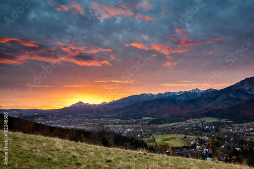 Staande foto Ochtendgloren Dawn over peak Havran and Zakopane in Tatra mountains from Koscielisko, Poland
