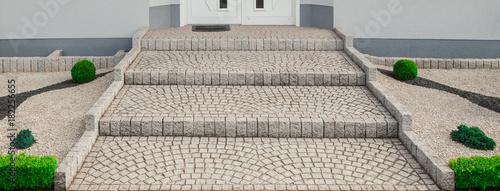 Leinwandbild Motiv Breite Treppe Außentreppe aus Granit Pflaster im Vorgarten - Wide outside staircase made of granite pavement in the front yard