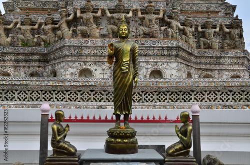Foto op Aluminium Boeddha BOUDDHA DEBOUT SANCTUAIRE DU WAT ARUN BANGKOK THAÏLANDE