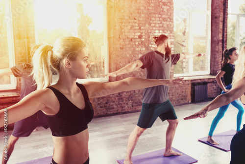Póster People do stretching at the gym