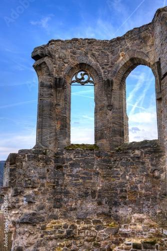 Tuinposter Baksteen muur Alte Fenster in einer Sandsteinmauer
