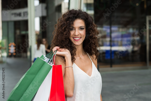 In de dag Milan Woman holding shopping bags with the italian flag colours