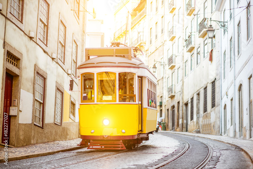 zolty-tramwaj-w-stylu-vintage