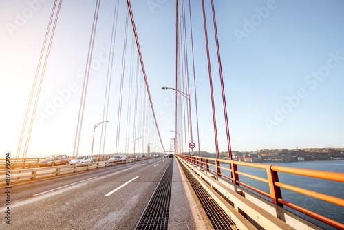 Jadąc słynnym mostem 25 kwietnia w Lizbonie, Portugalia