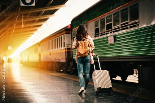 kobieta-podrozniczka,-turystyka,-stacja-kolejowa,-pociag