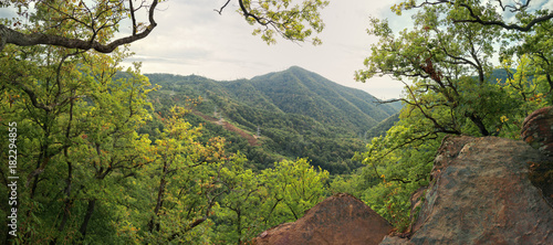 Keuken foto achterwand Panoramafoto s Осенний лес в горах Кавказа.