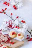 pacchetti di natale, biscotti e bacche rosse su sfondo bianco - 182295417