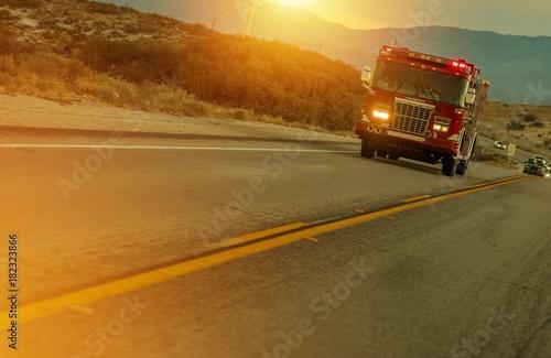 Wóz Strażacki przyspieszenie na autostradzie