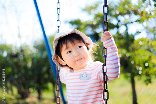 Foto Murales 公園の遊具で遊ぶかわいい子供