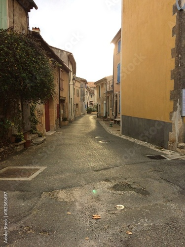 Tuinposter Smal steegje Rue du hameau le Villars en Provence