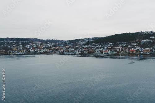 Fotobehang Noordzee Häuser an einem Ufer in Norwegen