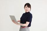 パソコン 女性 - 182379690