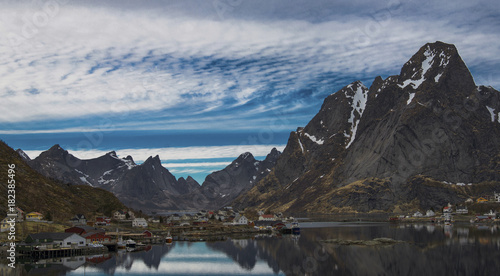 Fotobehang Grijze traf. Paysage traditionnel de l'archipel des Lofoten à Reine, Norvège, Europe