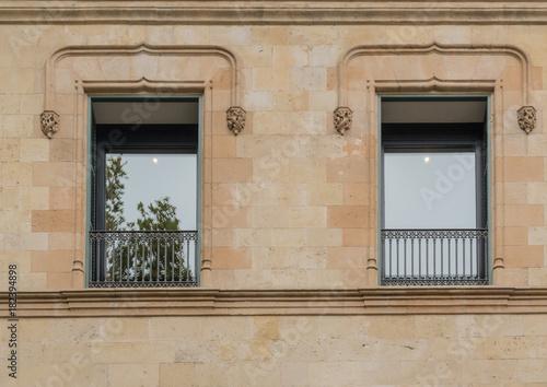 Große Fenster eines mediterranen Hauses