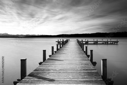 Bootsanleger am Starnberger See, Bayern, Langzeitbelichtung in schwarzweiß - 182425292