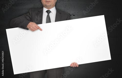 Leeres Plakat wird von Geschäftsmann gehalten