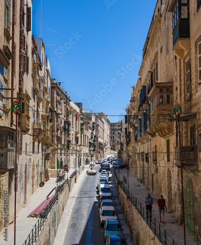 Plexiglas Smalle straatjes Winding Street in Malta