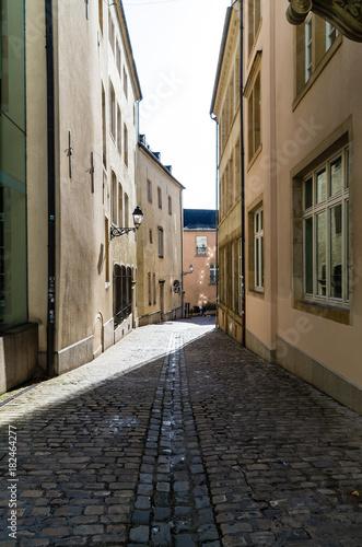 Plexiglas Smalle straatjes Rue de St-Esprit in Luxembourg City, Luxembourg