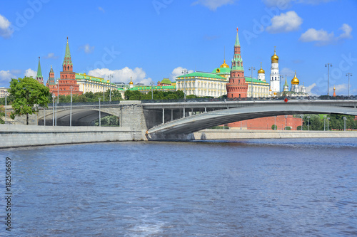 Fotobehang Moskou Moscow. A large Stone bridge. View of the Kremlin