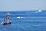 deux générations de bateaux en partance pour le grand large et un yacht