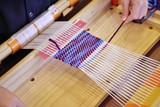 手織りで織物を送る子供 - 182513264