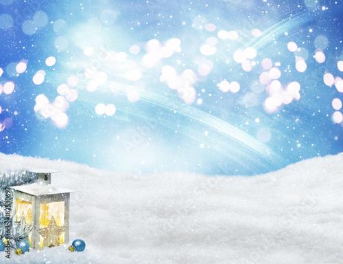 Foto op Plexiglas Bol Laterne und Kugeln am Weihnachtsbaum im Schnee vor Bokeh