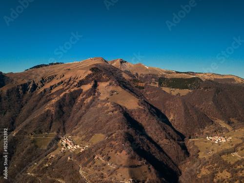 Fotobehang Diepbruine Valle di Muggio