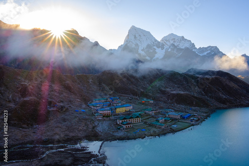 Deurstickers Bergen Nepal Gokyo Lake Sunrise Nepal Himalaya