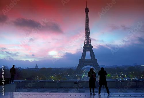 Wall mural Touristes et tour Eiffel au Trocadero