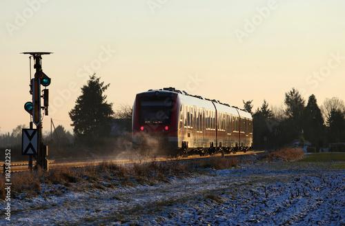 Fotobehang Spoorlijn Blick auf den dahinfahrenden Zug