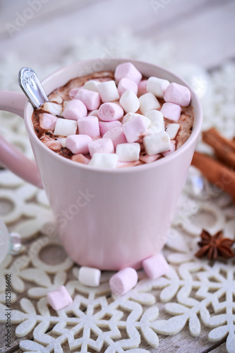 Foto op Canvas Chocolade Pink mug of hot chocolate with marshmallows on table, top view