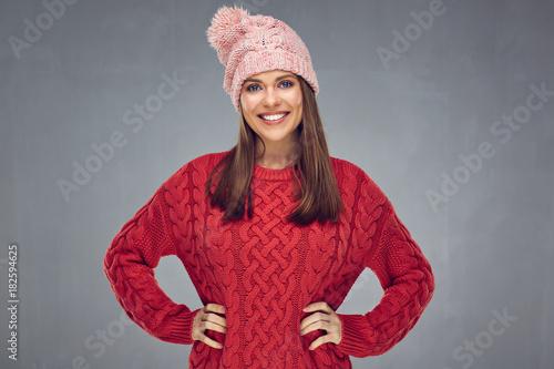 portret młodej kobiety na szary sobie czerwone ciepłe zimowe ubrania.