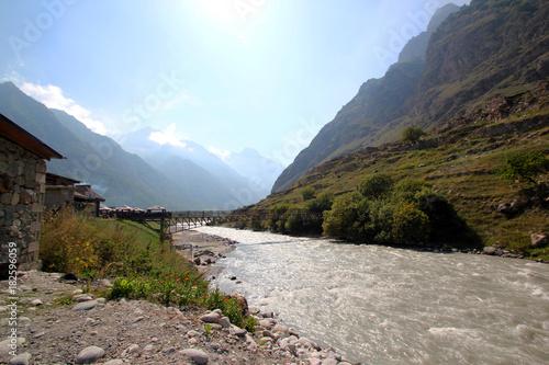 In de dag Blauwe hemel Caucasus mountains