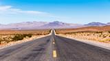 endloser Highway in Wüste USA - 182598475