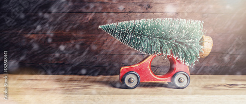 Papiers peints Photos panoramiques Christmas tree on old vintage toy car - Christmas holidays concept image
